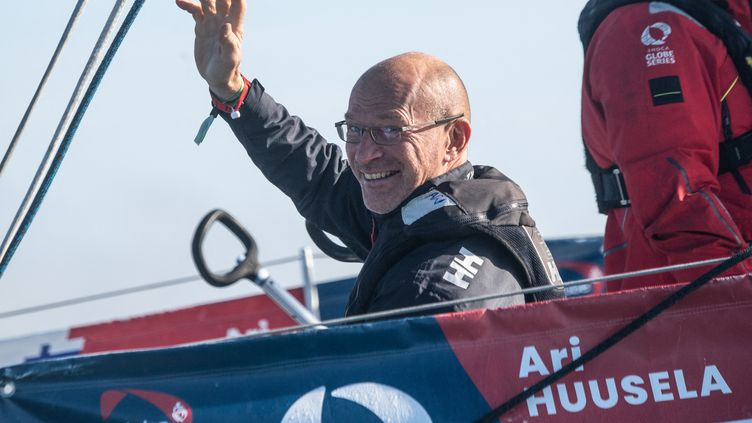Ari Huusela, dernier concurrent à avoir bouclé le Vendée Globe 2020, ici au départ des Sables d'Olonne le 8 novembre 2020 (LOIC VENANCE / AFP)