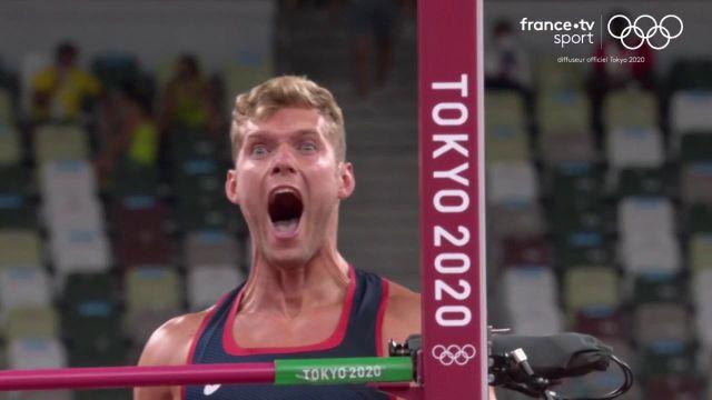 Kevin Mayer franchit 2.08 m à la hauteur du décathlon.