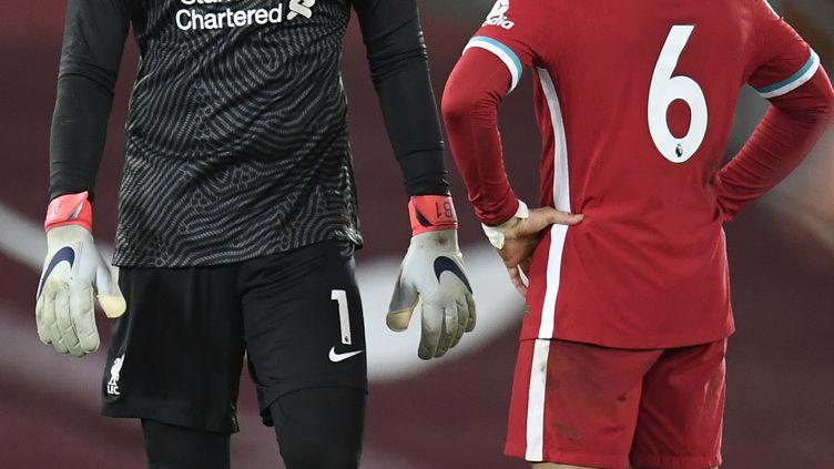 Le gardien de but brésilien de Liverpool Alisson Becker accablé, comme Thiago Alcantara, après la défaite des Reds à domicile pour la 1re fois depuis 68 matches contre Burnley le 21 janvier 2021 (PETER POWELL / POOL)