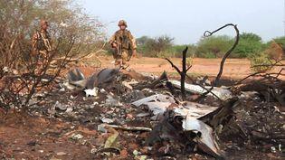 Des militaires français sont présents sur le lieu du crash du vol AH 5017, dans la région de Gossi, au Mali, le 24 juillet 2014. (ECPAD / AFP)