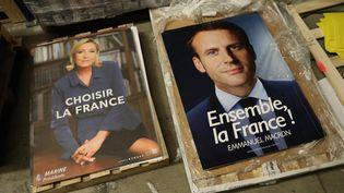 Les affiches d'Emmanuel Macron et Marine Le Pen sont expédiées dans les bureaux de vote en vue du second tour, prévu le 7 mai 2017. (MAXPPP)
