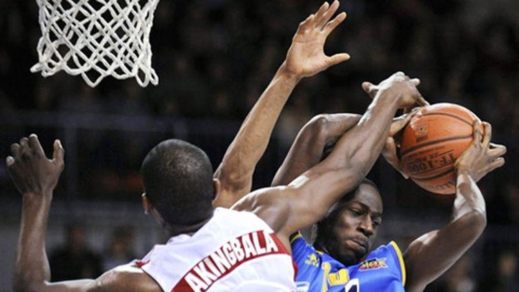 Le Nancéien Akingbala au contre face ua Varois Boungou Colo