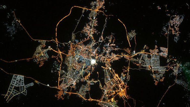 La Mecque vue de nuit depuis l'ISS,sur une photo de l'astronaute français Thomas Pesquet, le 12 mai 2021. (THOMAS PESQUET / TWITTER)