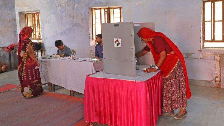 Dans un bureau de vote du district de Jaipur, dans le Rajasthan (Inde), le 29 avril 2019. (VISHAL BHATNAGAR / NURPHOTO / AFP)