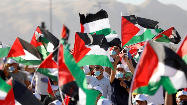 Des manifestants participent à un rassemblement contre le projet d'annexion d'une partie de la Cisjordanie par Israël, à Jéricho, le 22 juin 2020. (MOHAMAD TOROKMAN / REUTERS)