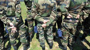 Des réservistes de la gendarmerie nationale en formation, en avril 2010. (PATRICK VALASSERIS / AFP)