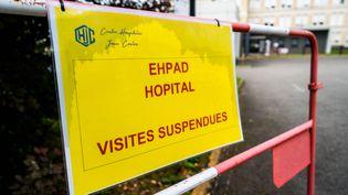 Une affiche indique que les visites sont suspendues à l'entrée d'un Ehpad de Gourdon (Lot) le 23 avril 2020 pendant l'épidémie de Covid-19. (GARO / PHANIE / AFP)