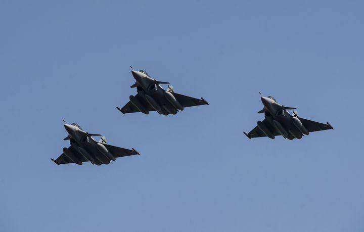 Avions Rafale survolant Le Caire le 21 juillet 2015. (KHALED DESOUKI / AFP)