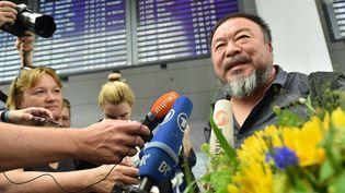 L'artiste chinois Ai Weiwei à son arrivée en Allemagne à l'aéroport de Munich  (PETER KNEFFEL / DPA / dpa Picture-Alliance/AFP)