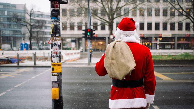 Un père Noël à Berlin (Allemagne), le 28 novembre 2015. (GREGOR FISCHER / DPA / AFP)