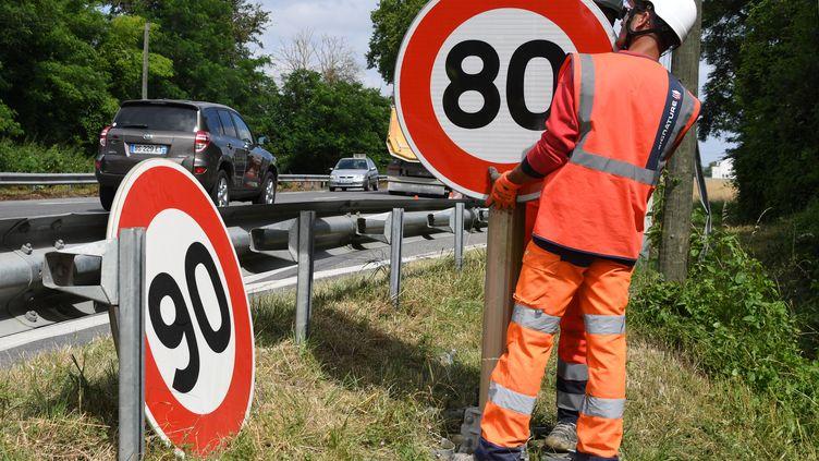Installation d'un panneau de limitation de vitesse à 80 km/h (PASCAL PAVANI / AFP)