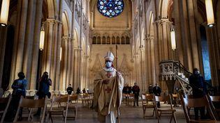 L'évêque Emmanuel Gobilliard dirige une messe, le 23 mai 2020 à la cathédrale Saint-Jean de Lyon. (JEFF PACHOUD / AFP)