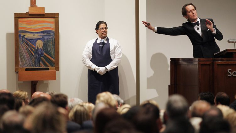 """La vente aux enchères du """"Cri"""" de Munch,le 2 mai 2012. L'œuvre a été vendue chez Sotheby's à New York (Etats-Unis)119,92 millions de dollars, soit 91,22 millions d'euros. (MARIO TAMA / GETTY IMAGES NORTH AMERICA / AFP)"""