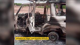 La voiture des humanitaires français incendiée au Niger (FRANCEINFO)