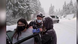 Des soignants coincés sur une route enneigée, dans l'Oregon, aux États-Unis, ont décidé de vacciner des automobilistes pour éviter que les doses de vaccin ne soient perdues.  (CAPTURE ECRAN FRANCE 2)