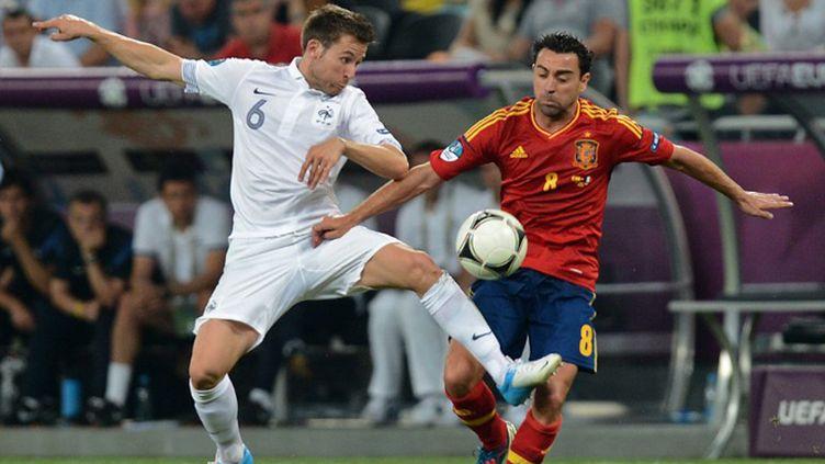 Cabaye au duel avec Xavi lors du dernier Euro