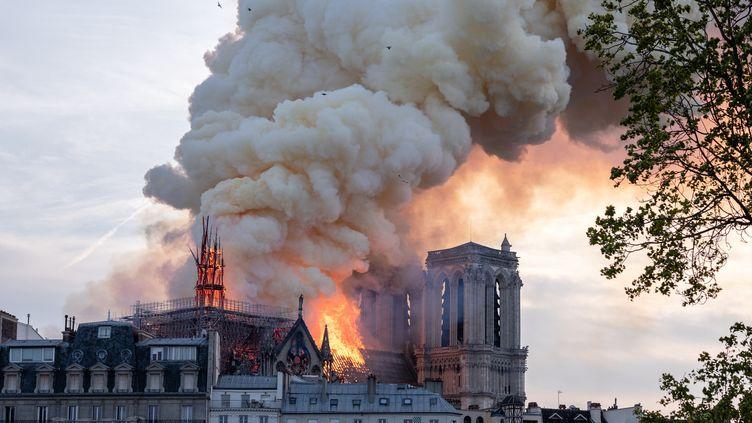 La cathédrale Notre-Dame de Paris après l'effondrement de sa flèche en proie aux flammes, le 15 avril 2019 (BENJAMIN FILARSKI / HANS LUCAS / AFP)
