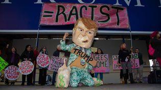 Des manifestants anti-Trump devant un hôtel de Washington D.C. (Etats-Unis), le 10 décembre 2015. (JEFF MALET /NEWSCOM / SIPA)