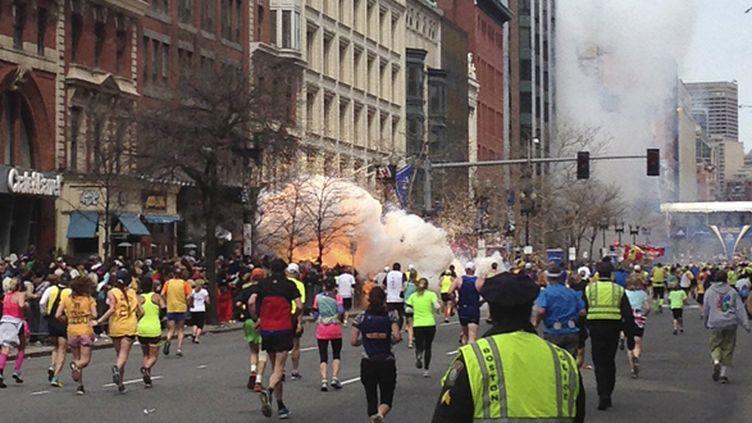 L'une des explosions sur la ligne d'arrivée du marathon de Boston (? STRINGER . / REUTERS / X80002)