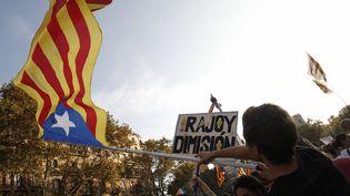 Des militants indépendentistes manifestent à Barcelone, le 3 octobre 2017. (PAU BARRENA / AFP)