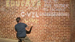 Des messages tapissent les murs à l'extérieur des bâtiments où Heather Heyer a été tuée il y a un an par un suprémaciste blanc, à Charlottesville, en Virginie (2018). (LOGAN CYRUS / AFP)