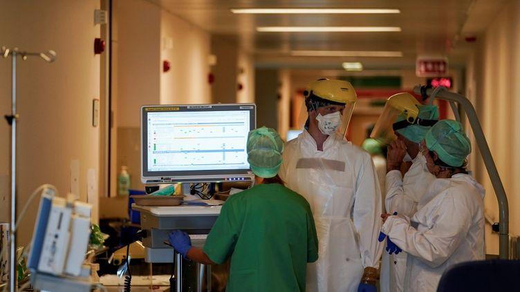 Dans une unité Covid de l'hôpital Erasme de Bruxelles (Belgique), le 30 avril 2020. (KENZO TRIBOUILLARD / AFP)