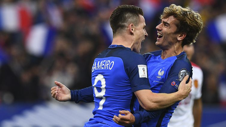 Kevin Gameiro (à gauche) et Antoine Griezmann célèbrent le quatrième but de l'équipe de France face à la Bulgarie en match qualificatif du Mondial 2018, au Stade de France, le7 octobre 2016. (FRANCK FIFE / AFP)
