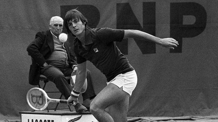 L'Italien Adriano Panatta sur le central de Roland-Garros en 1976 (STF / AFP)