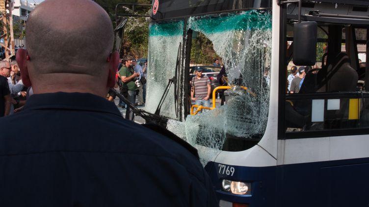 La foule se rassemble autour d'un bus visé par un attentat, le 21 novembre 2012 à Tel-Aviv (Israël). (CITIZENSIDE.COM / AFP)