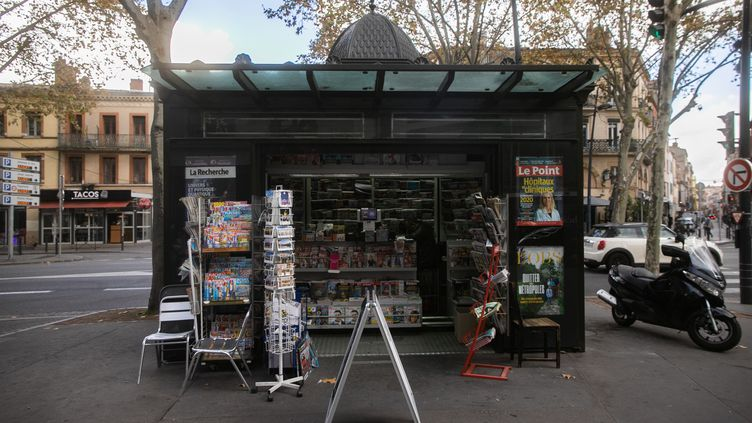 Un kiosque à journaux à Toulouse, le 10 novembre 2020. (QUENTIN FALCO / HANS LUCAS / AFP)
