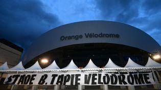 Depuis l'annonce du décès de Bernard Tapie, le 3 octobre 2021, de nombreux supporters de l'OM viennent lui rendre hommage devant le stade Vélodrome de Marseille. (GEORGES ROBERT / MAXPPP)