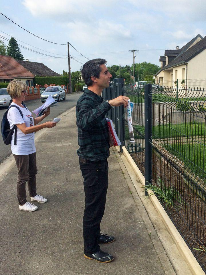 François Ruffin, candidat soutenu par La France insoumise, fait du porte-à-porte à Vignacourt (Somme), le 24 mai2017. (SOPHIE BRUNN / FRANCEINFO)