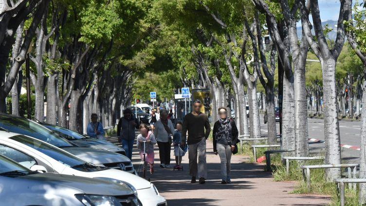 Des passants, à Marseille, le 2 mai 2020, quelques jours avant la fin du confinement. (GILLES BADER / MAXPPP)