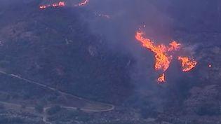 Un incendie fait rage le 14 octobre 2014 au-dessus du village de Calenzana, près de la station balnéaire de Calvi (Haute-Corse). ( FRANCE 3)