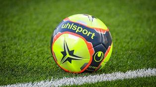 Le ballon de la Ligue 1 pour la saison 2021-2022 (MATTHIEU MIRVILLE / AFP)