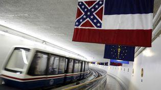 Le drapeau de l'Etat américain du Mississippi, qui incorpore l'étendard de la Confédération, flotte dans le métro à Washington, le 23 juin 2015. (JONATHAN ERNST / REUTERS)