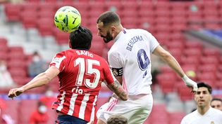 Duel aérien entre Karim Benzema et Stefan Savic lors du match entre le Real Madrid et l'Atletico Madrid le 7 mars 2021 à Madrid (Espagne). (JAVIER SORIANO / AFP)