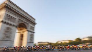 Le peloton devant l'Arc de Triomphe, l'une des images marquantes de la dernière journée du Tour de France. (KENZO TRIBOUILLARD / AFP)