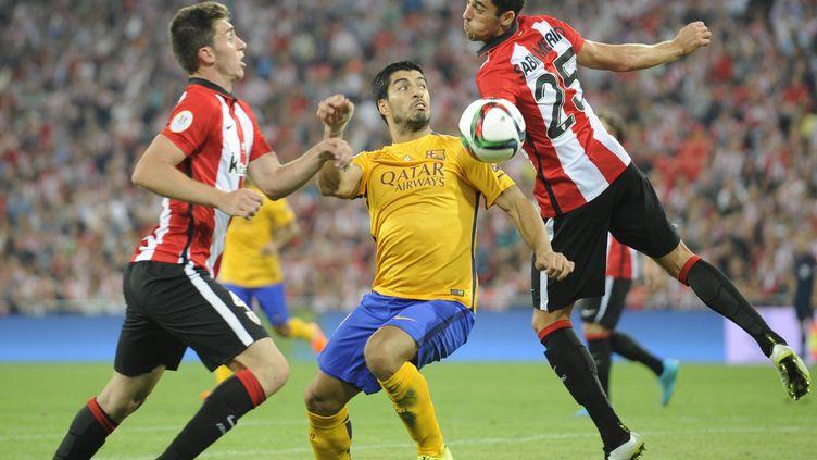 Luis Suarez pris dans la tenaille de l'Athletic Bilbao au match aller (ANDER GILLENEA / AFP)