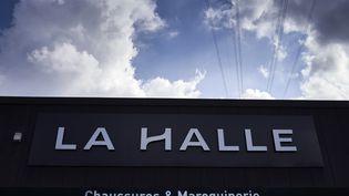 """Une enseigne """"La halle aux chaussures"""" au dessus d'une boutique à Givors (Rhône). (JEAN-PHILIPPE KSIAZEK / AFP)"""