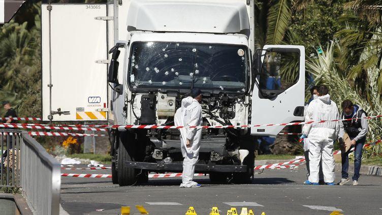 A Nice (Alpes-Maritimes), vendredi 15 juillet 2016, des enquêteurs inspectent la scène de l'attentat. (ERIC GAILLARD / REUTERS)