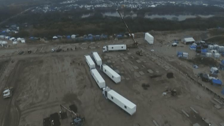"""Les premiers conteneurs sont arrivés à Calais (Pas-de-Calais), mardi 15 décembre 2015, où ils doivent accueillir des migrants arrivés dans la """"jungle"""". (LOGISTIC SOLUTIONS)"""