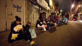 Des personnes se réfugient dans les rues de Mexico, le 7 septembre 2017, après un tremblement de terre touchant le Mexique. (PEDRO PARDO / AFP)