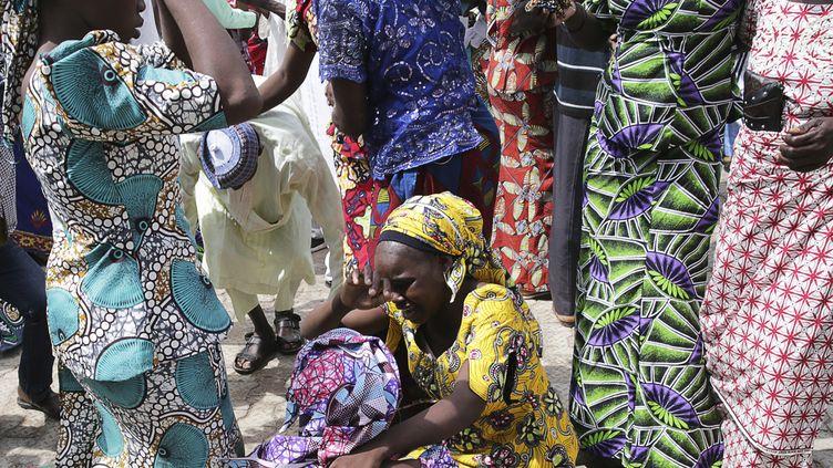 Des parents retrouvent leurs filles, enlevées par le groupe jihadiste Boko Haram en avril 2014, à Abuja (Nigeria), le 20 mai 2017. (SUNDAY AGHAEZE / AFP)