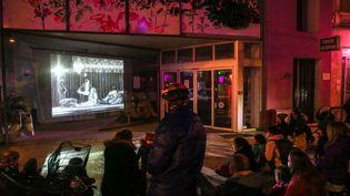 Le Lux cinéma à Valence (Drôme) diffuse des films dans la rue, sur sa vitrine, le 16 décembre 2020. (NICOLAS GUYONNET / HANS LUCAS)