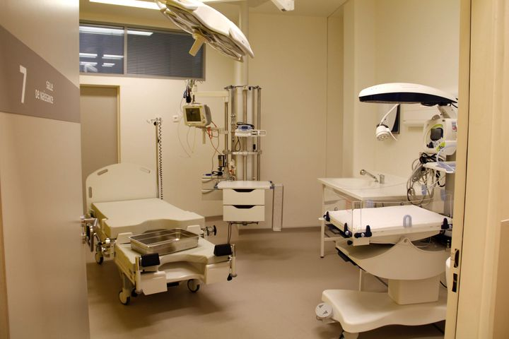 Les salles de naissance du nouveau bâtiment de la maternité de Port-Royal, à Paris, le 10 février 2012, au moment de leur inauguration. (MAXPPP)