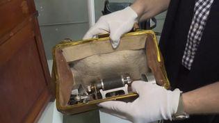 Un des objets, ayant appartenu aux services secrets soviétiques, mis en vente en Californie. (CAPTURE ECRAN FRANCE 3)