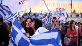 """Des partisanes du """"non"""" célèbrent leur victoire au référendum sur le plan des créanciers, le 5 juillet 2015, à Athènes (Grèce). (KUNIHIKO MIURA / YOMIURI / AFP)"""