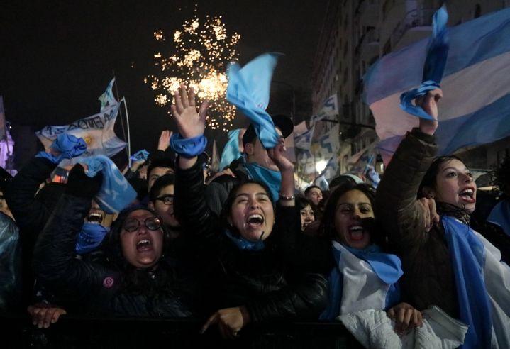 Les anti-IVG célèbrent leur victoire, près du Congrès, à Buenos Aires (Argentine), le 9 août 2018. (ALBERTO RAGGIO / AFP)
