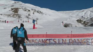 Deux syndicats du secteur des remontées mécaniques ont appelé à la grève. En cause, les nouvelles règles de l'assurance chômage pour les contrats saisonniers. (FRANCE 2)